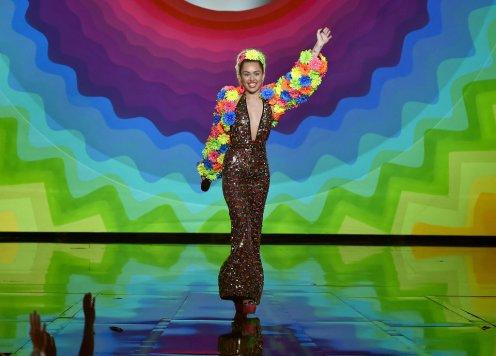 2Miley-Cyrus-MTV-VMAs-2015-Pictures